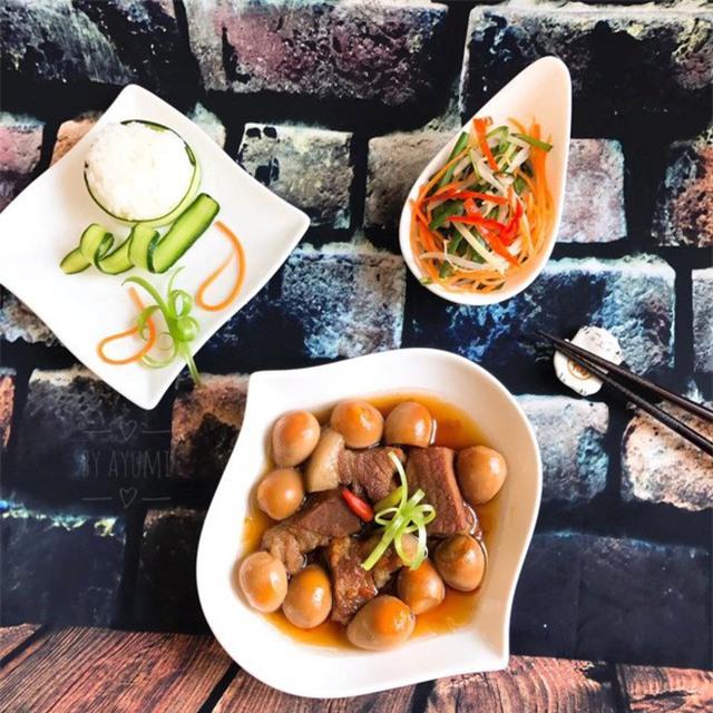 Thịt kho tàu ăn kèm với cơm trắng và dưa muối rất hợp.