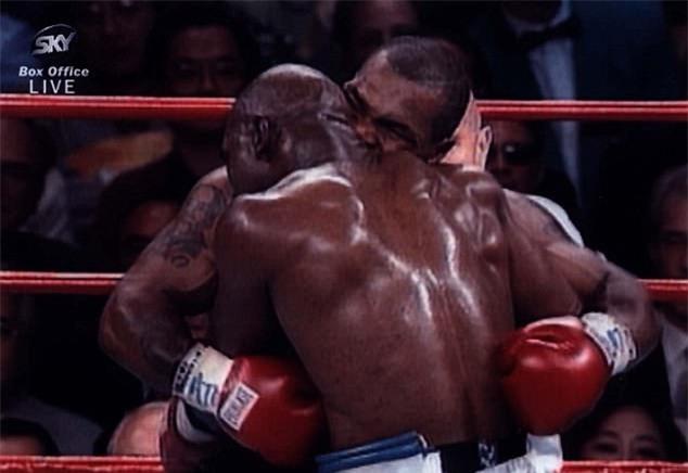 Tron 20 nam khoanh khac kinh di Mike Tyson can tai Holyfield hinh anh 1