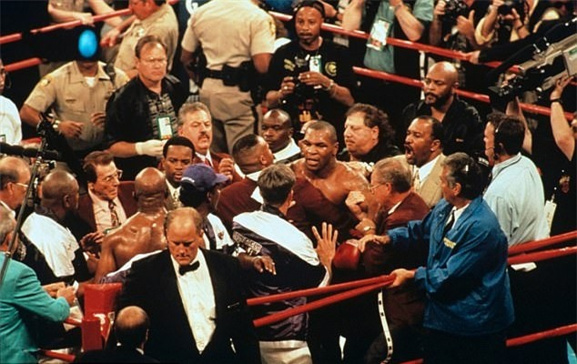 Tron 20 nam khoanh khac kinh di Mike Tyson can tai Holyfield hinh anh 11