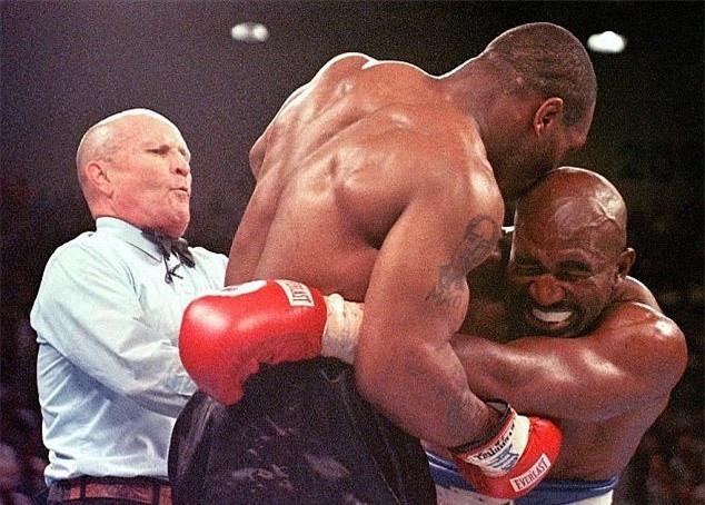 Tron 20 nam khoanh khac kinh di Mike Tyson can tai Holyfield hinh anh 2