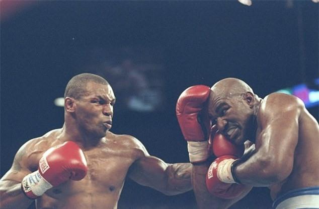 Tron 20 nam khoanh khac kinh di Mike Tyson can tai Holyfield hinh anh 6