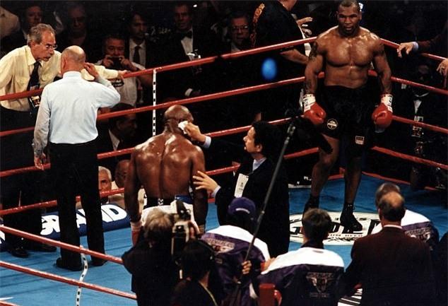 Tron 20 nam khoanh khac kinh di Mike Tyson can tai Holyfield hinh anh 9