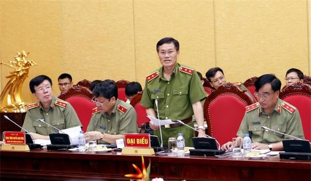 Trung tướng Đỗ Kim Tuyến (đứng) thông tin về việc truy nã quốc tế đối với Vũ Đình Duy.