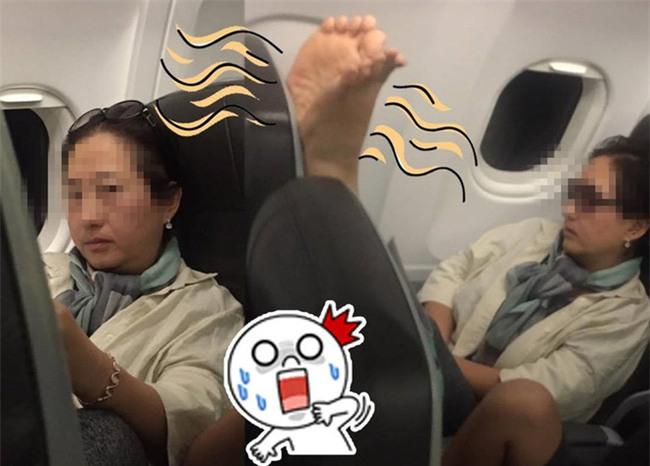Nữ du khách Hàn Quốc tìm mọi cách đuổi người ngồi đằng trước trên máy bay để được thoải mái gác chân lên ghế - Ảnh 1.