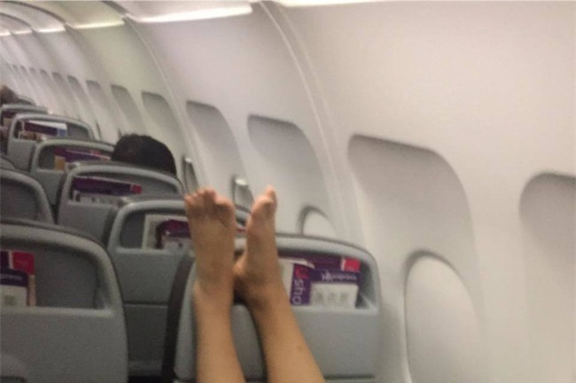 Nữ du khách Hàn Quốc tìm mọi cách đuổi người ngồi đằng trước trên máy bay để được thoải mái gác chân lên ghế - Ảnh 4.