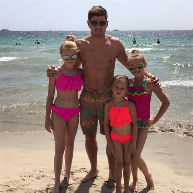 Bà xã Gerrard khoe dáng chuẩn dù là mẹ của bốn đứa con - Ảnh 4.