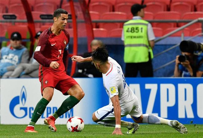 Ronaldo bất lực nhìn đồng đội liên tiếp sút hỏng penalty - Ảnh 1.