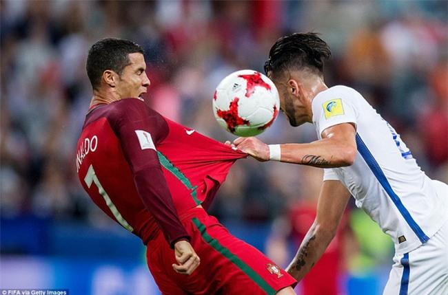 Ronaldo bất lực nhìn đồng đội liên tiếp sút hỏng penalty - Ảnh 2.
