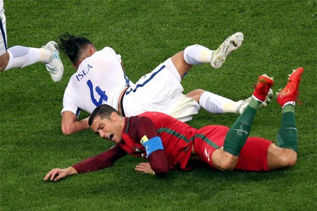 Ronaldo bất lực nhìn đồng đội liên tiếp sút hỏng penalty - Ảnh 3.