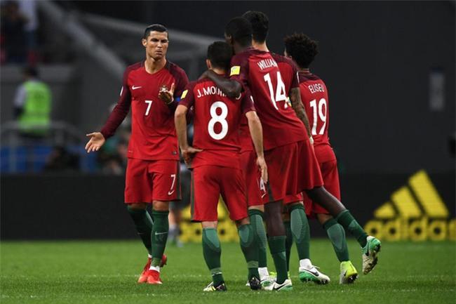Ronaldo bất lực nhìn đồng đội liên tiếp sút hỏng penalty - Ảnh 6.