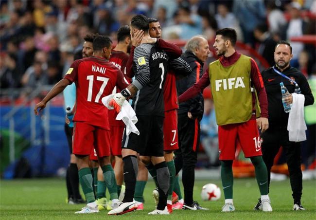 Ronaldo bất lực nhìn đồng đội liên tiếp sút hỏng penalty - Ảnh 7.