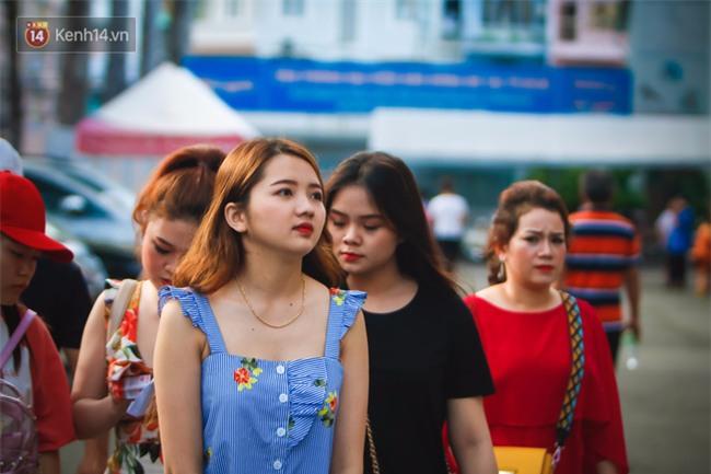 Dàn fan nữ xinh đẹp trẩy hội trên sân Thống Nhất - Ảnh 2.