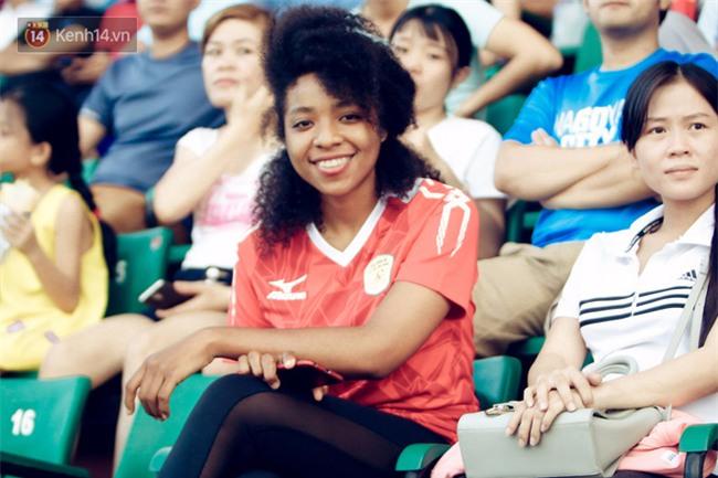 Dàn fan nữ xinh đẹp trẩy hội trên sân Thống Nhất - Ảnh 4.