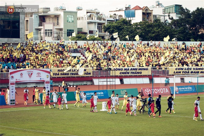 Dàn fan nữ xinh đẹp trẩy hội trên sân Thống Nhất - Ảnh 6.