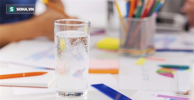 Kiêng trà, cà phê, chỉ uống nước tinh khiết, 10 điều kỳ diệu này sẽ đến với cơ thể bạn - Ảnh 1.