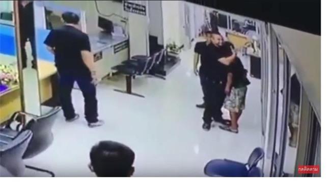 Người đàn ông stress cầm dao vào đồn cảnh sát và cách mà nhân viên cảnh sát phản ứng khiến ai cũng kinh ngạc - Ảnh 2.