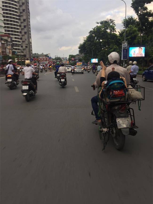 Khoảnh khắc trên phố Hà Nội khiến người ta vừa thương vừa giận - Ảnh 1.