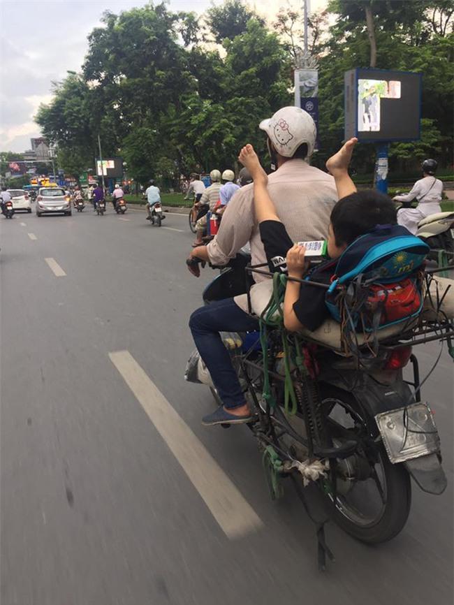 Khoảnh khắc trên phố Hà Nội khiến người ta vừa thương vừa giận - Ảnh 2.