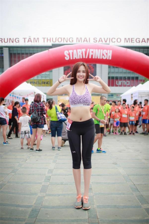 Tại một sự kiện chạy bộ tại Hà Nội cách đây không lâu, người đẹp tự tin khoe vóc dáng cân đối và vòng eo thon gọn khiến nhiều người ghen tỵ với bộ đồ thể thao khoe trọn mọi đường cong cơ thể.