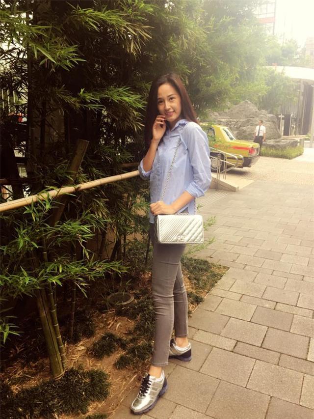 Trong một bức ảnh trên trang cá nhân, Mai Phương Thúy tạo dáng với gương mặt mộc, diện trang phục đơn giản, khác xa so với vẻ lộng lẫy khi xuất hiện trên sân khấu. Tuy nhiên, điều đáng chú ý hơn cả chính là gương mặt của Hoa hậu Việt Nam 2006 đã có nhiều dấu vết thời gian.