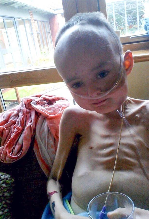 Dùng chút sức lực cuối cùng trước khi ra đi mãi mãi vì ung thư, thiên thần nhí gọi tên ông bà bố mẹ rồi nói Chụp ảnh đi bố mẹ ơi - Ảnh 9.