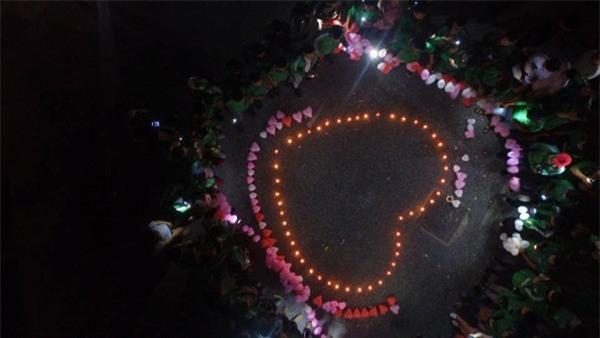 Được 500 anh em giúp sức, tài xế Grabbike đã có màn cầu hôn dưới mưa siêu lãng mạn như thế này đây! - Ảnh 4.