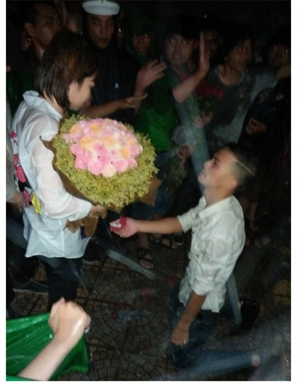 Được 500 anh em giúp sức, tài xế Grabbike đã có màn cầu hôn dưới mưa siêu lãng mạn như thế này đây! - Ảnh 5.