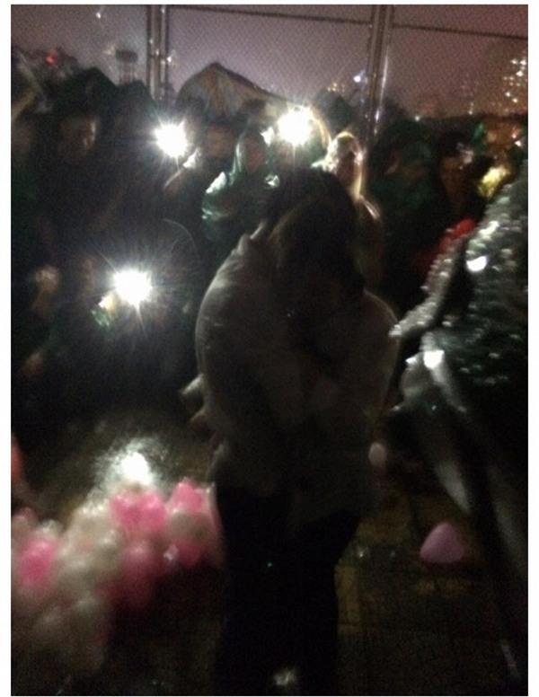 Được 500 anh em giúp sức, tài xế Grabbike đã có màn cầu hôn dưới mưa siêu lãng mạn như thế này đây! - Ảnh 6.
