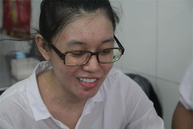 Bị Can Nguyễn Đức Thùy Dung vui mừng khi được tại ngoại.