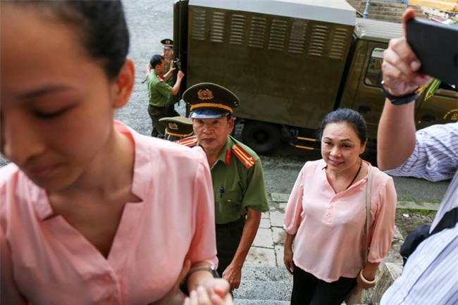 Chiếc áo đôi của mẹ con Hoa hậu Phương Nga: chuyện gà mái xù lông bảo vệ con tới cùng - Ảnh 2.