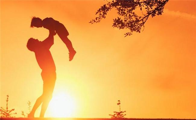 Thể hiện tình yêu thương và sự quan tâm: Thông qua những lời nói và cử chỉ như một cái ôm, một nụ hôn, một lời chào, một câu tạm biệt…, con bạn không chỉ học được cách yêu thương mà còn biết cách quan tâm và tôn trọng người khác.