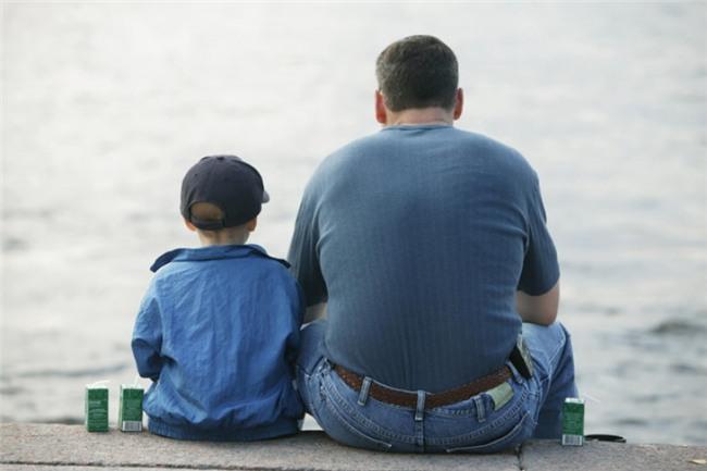 Dạy trẻ những cách tích cực để giải quyết các cuộc tranh cãi: Tuy nhiên, trước tiên, cha mẹ nên tự hỏi bản thân đã ứng xử thế nào khi tranh cãi xảy ra? Bạn có la mắng người khác? Hay bạn ngồi xuống và giải quyết vấn đề một cách bình tĩnh? Hãy dạy trẻ luôn tỉnh táo, bình tĩnh và suy nghĩ tích cực khi xung đột xảy ra.
