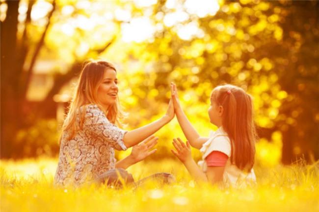 Khen ngợi và khuyến khích con: Cha mẹ nên khen ngợi và khuyến khích các con nói những lời tích cực về nhau. Ngay cả khi một trong số chúng không làm tốt như anh chị em của chúng, bạn cũng hãy động viên rằng con đã cố gắng hết sức và bạn luôn tự hào về con.