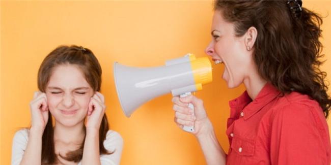 Đừng bao giờ nói xấu bất kì ai trong gia đình trước mặt trẻ: Bạn có thể tức giận hoặc khó chịu với ai đó nhưng đừng bao giờ nói những điều tiêu cực về người ấy với trẻ.