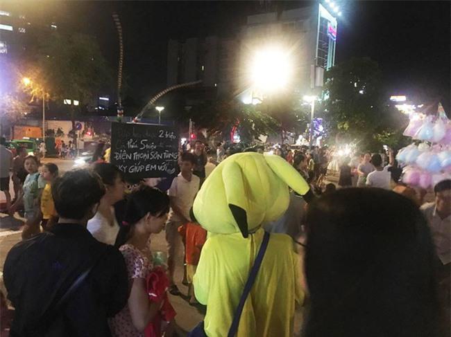 Xuất hiện cô gái bí ẩn, tay giơ cao tấm bảng có nội dung xin tiền Sky mua điện thoại ngoài phố đi bộ - Ảnh 3.