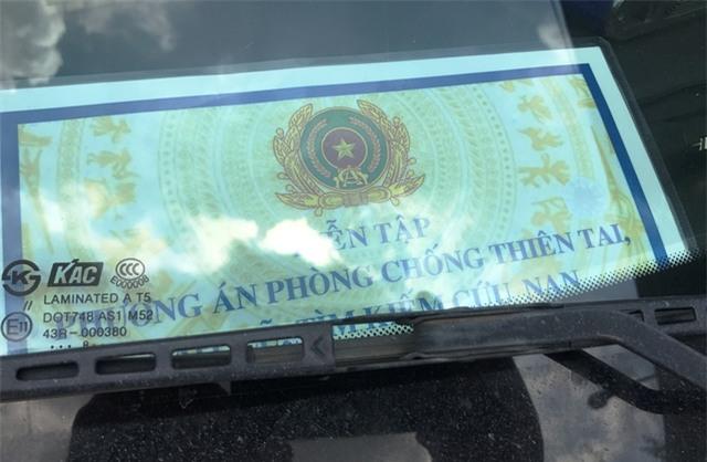 Tấm giấy dán trên kính chắn gió ô tô gây tai nạn.