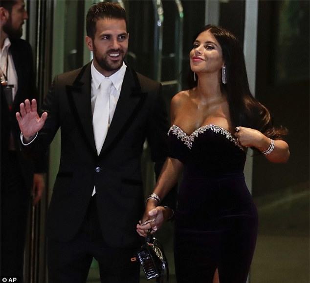 Bồ Fabregas mặc váy khoe ngực đầy trong đám cưới Messi - Ảnh 1.