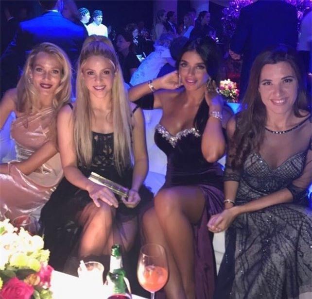 Bồ Fabregas mặc váy khoe ngực đầy trong đám cưới Messi - Ảnh 3.
