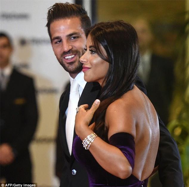 Bồ Fabregas mặc váy khoe ngực đầy trong đám cưới Messi - Ảnh 4.