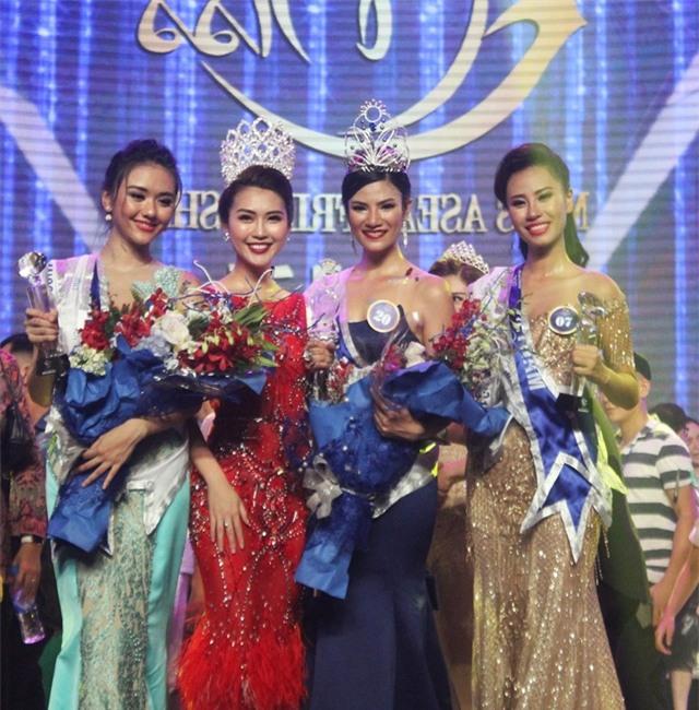 Người đẹp Thái Lan Nuttanan Naree (mặt áo màu xanh dương) đã chính thức đăng quang Hoa hậu hữu nghị Asean 2017 lần thứ I