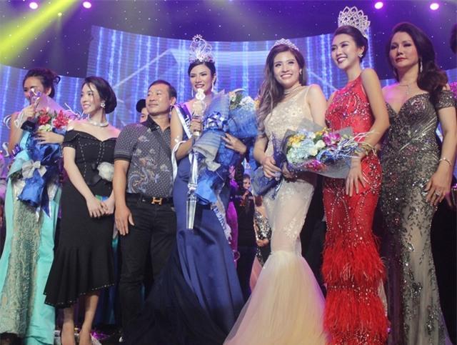 Các thí sinh chụp ảnh chức mừng cùng tân Hoa hậu người Thái Lan