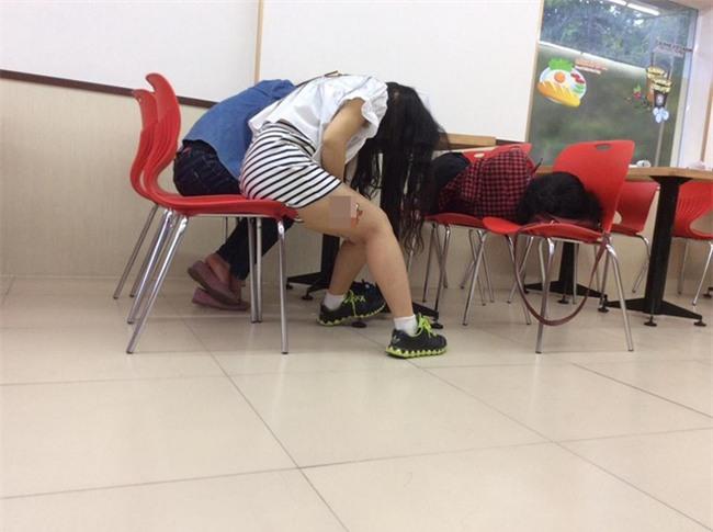 Hình ảnh xấu xí của các bạn trẻ Việt trong cửa hàng tiện lợi  - Ảnh 1.
