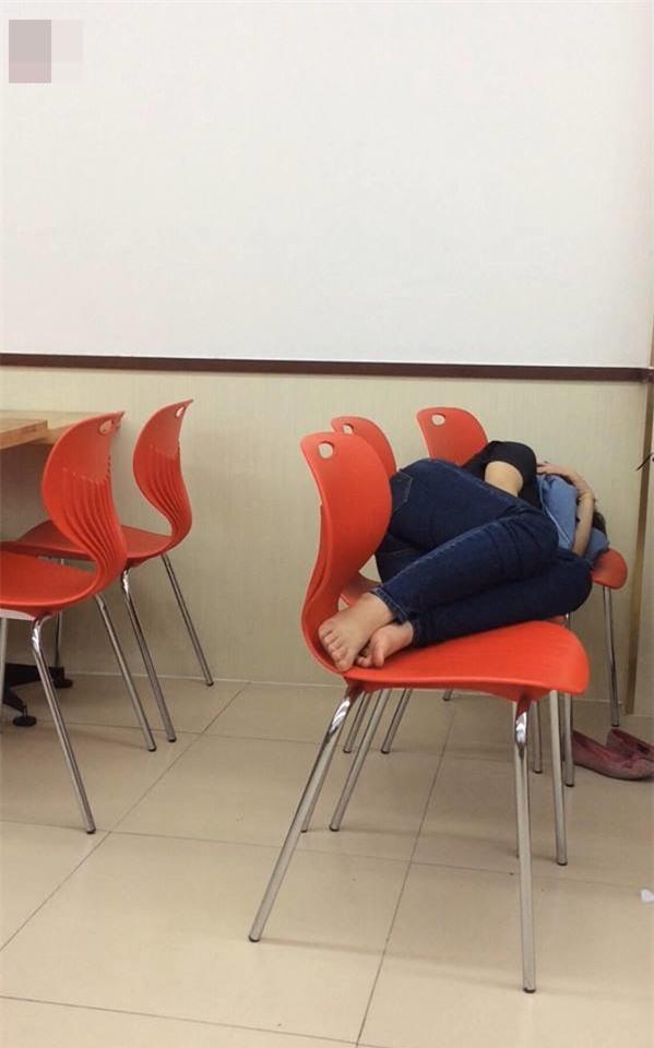Hình ảnh xấu xí của các bạn trẻ Việt trong cửa hàng tiện lợi  - Ảnh 2.