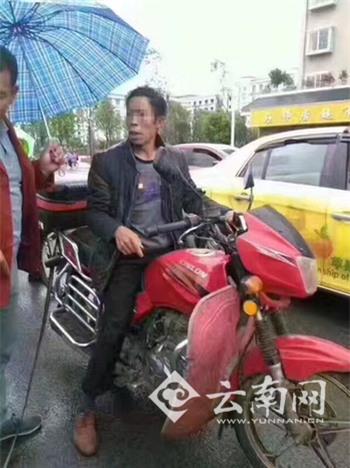 Bé trai bị bố đánh đập, bắt cởi quần áo chạy theo xe máy dưới mưa - Ảnh 1.
