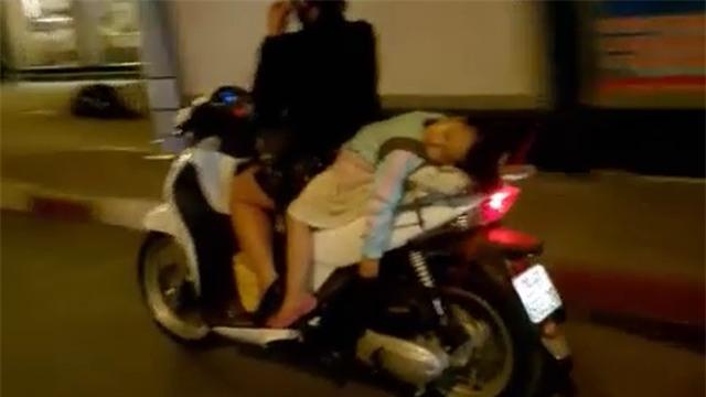 Hình ảnh nguy hiểm trên phố Hà Nội và ánh mắt của người mẹ khiến dân mạng bức xúc - Ảnh 2.