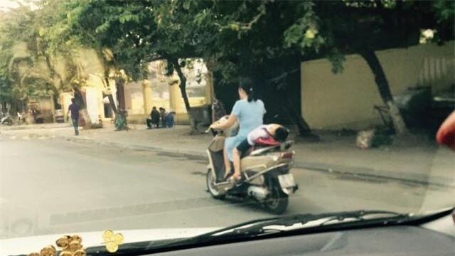 Hình ảnh nguy hiểm trên phố Hà Nội và ánh mắt của người mẹ khiến dân mạng bức xúc - Ảnh 3.