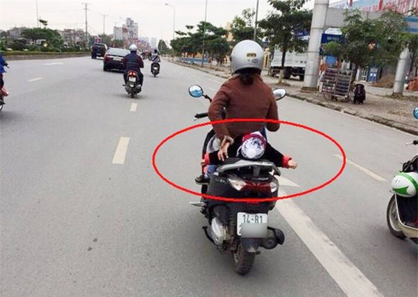 Hình ảnh nguy hiểm trên phố Hà Nội và ánh mắt của người mẹ khiến dân mạng bức xúc - Ảnh 4.