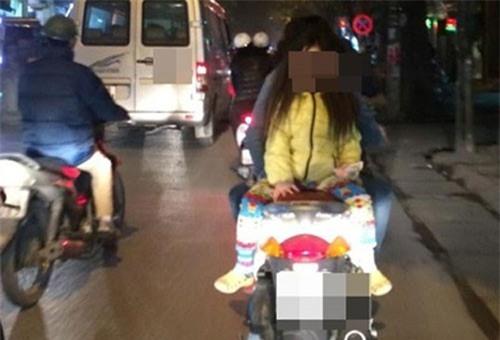 Hình ảnh nguy hiểm trên phố Hà Nội và ánh mắt của người mẹ khiến dân mạng bức xúc - Ảnh 6.