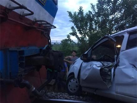 Tàu hoả đâm nát ô tô 4 chỗ chết máy nằm ngang đường ray ảnh 1