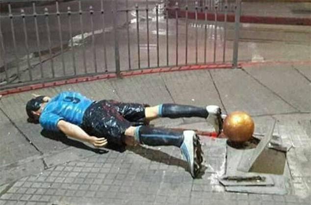 Đến bức tượng của Luis Suarez cũng đi dự đám cưới của Messi - Ảnh 1.